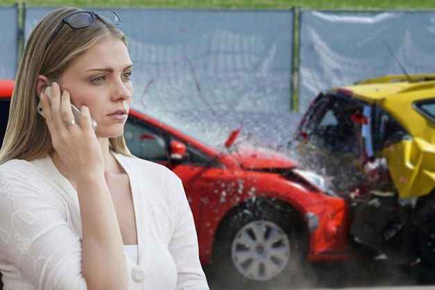 richtiges-verhalten-bei-fahrerflucht-frau-telefoniert-nach-unfall